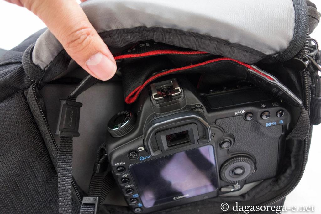 サイドポケットからカメラにアクセスできるので取り出しが非常に楽
