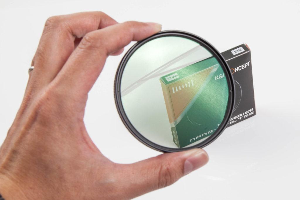 K&F ConceptのCPLフィルター本体のレンズが反射で緑っぽくなっている様子
