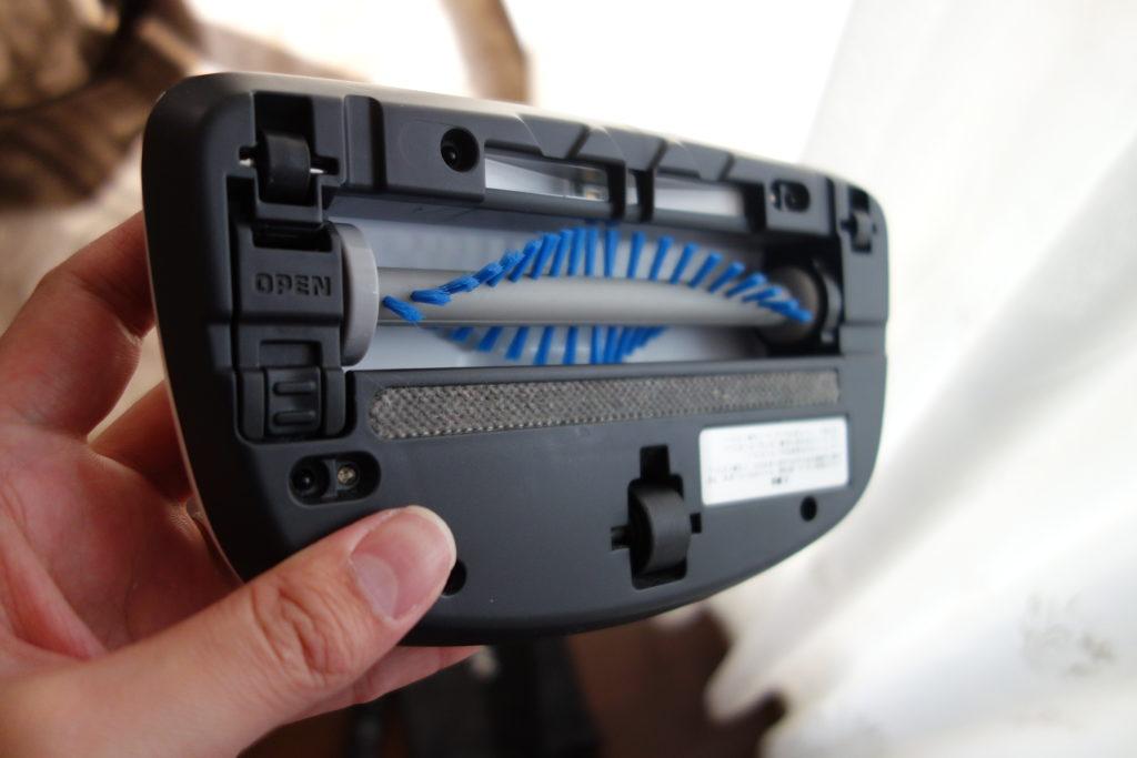 布団専用ヘッドのブラシ部分も簡単に取り外して掃除することができる