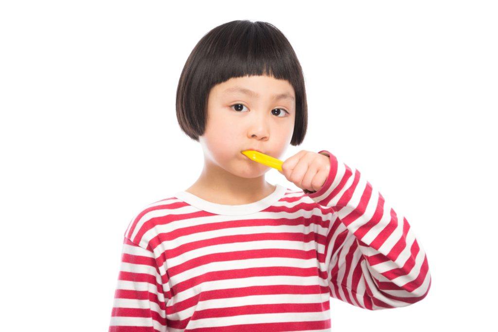 丁寧に歯磨きをする少女