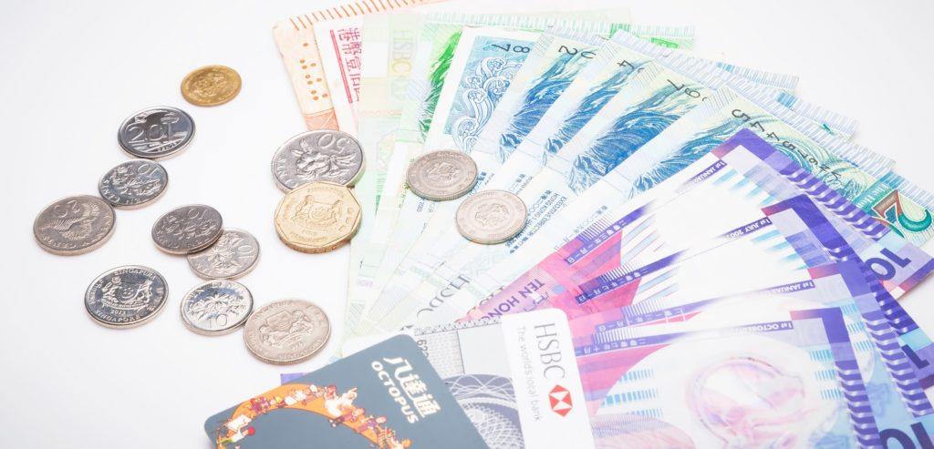 財布の中身がカードや小銭や紙幣でいっぱいになる現金派