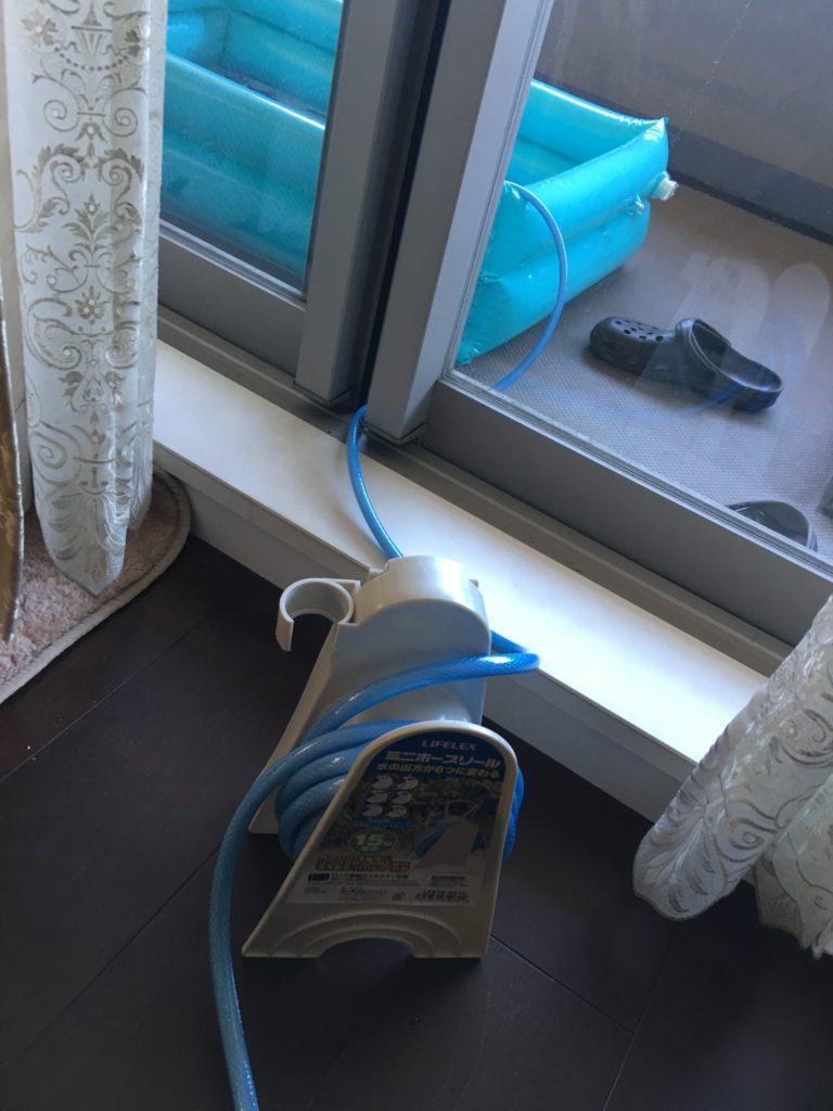 洗濯用蛇口に散水用ホースをつないでベランダのプールに水をはる