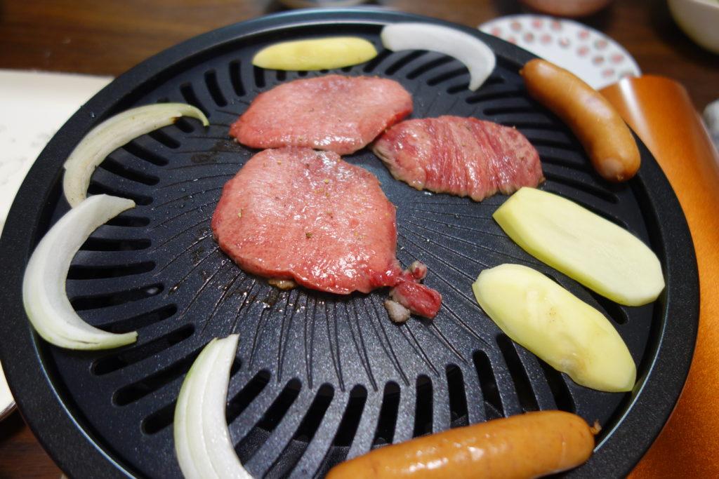 イワタニのカセットコンロと焼肉プレートで焼く牛タン