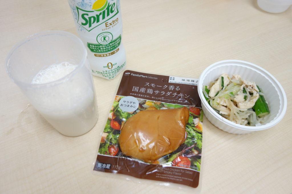 昼食にサラダチキンと蒸し鶏のサラダとプロテインとゼロカロリースプライト